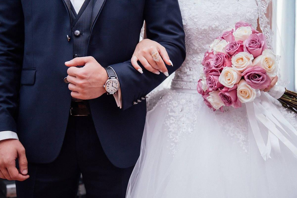 jakie kwiaty na ślub w sierpniu